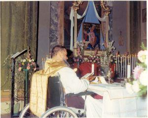 Puianello 8 Settembre 1969 - p. Raffaele celebra la messa davanti l'immagine della B.V. della Salute (dipinta da Gilda Cavedoni Mori) che sarà collocata nella chiesa del Villaggio Ghirlandina